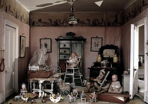 Старинный кукольный домик